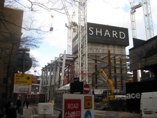 The south-east corner, as viewed from St Thomas Street. This is the best place to see the combination of concrete core and steel frame together.