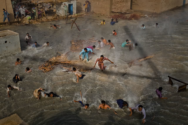 1st Prize People In The News Stories: Daniel Berehulak, Australia, Getty Images. Pakistan floods, August-September: Flood victims scramble for food as they battle the downwash from a Pakistan army helicopter during relief operations, Dadu, Pakistan, 13 September