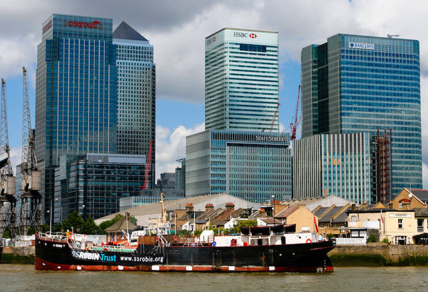 SS Robin in front of Canary Wharf