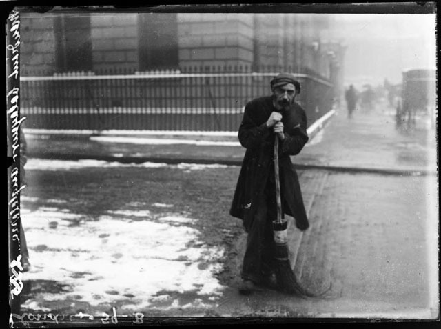 Crossing sweeper, date unknown.