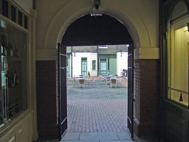 11759_piedbulldoorway.jpg