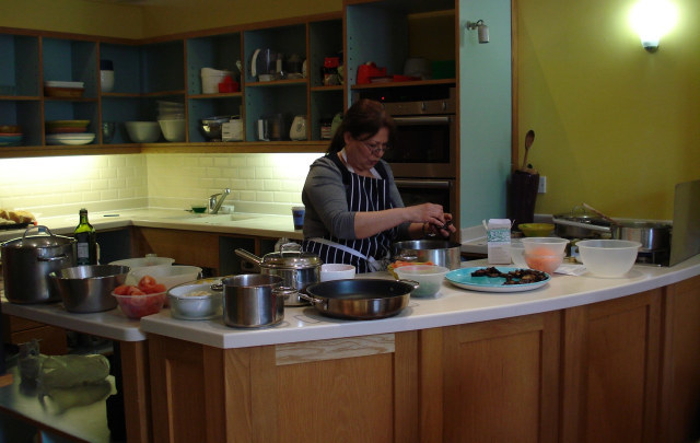 Nada Saleh demonstrates Turkish cuisine in the workshop