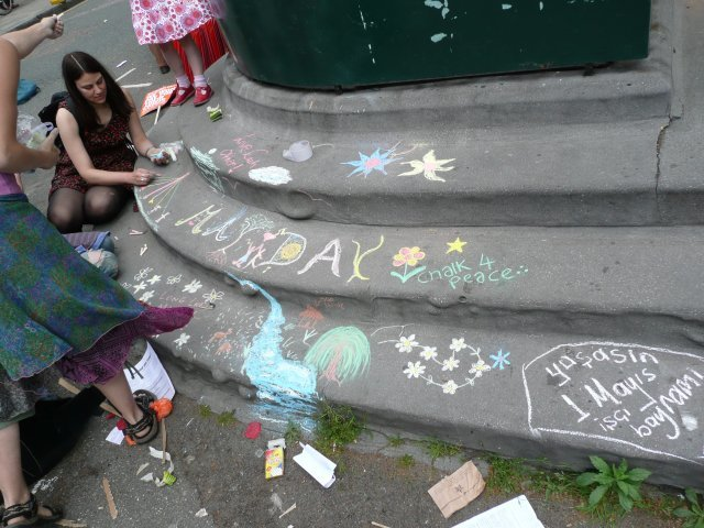 Decorating the steps of Clerkenwell Green. Photo by Dave.