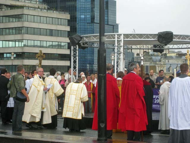 Senior clergy and an ill-placed lamp post gather round for a sermon. Holy words and hymns are offered as close as possible to the spot where a chapel once stood on Old London Bridge (which was actually a few metres further down-river).