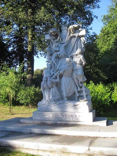 Perhaps the most impressive memorial in the cemetery is to David Vigiland, a wealthy mariner who died in 1955. At 50 tonnes, it's said to be one of the largest pieces of sculpted marble in the world, and portrays The Descent from the Cross by Rubens.