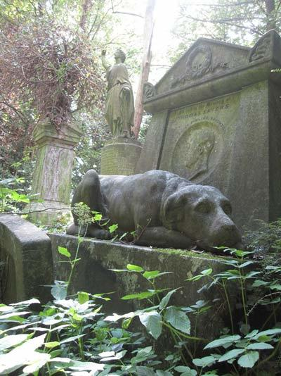 Victorian fistfighter Thomas Sayer's tomb, complete with statue of his dog, Lion, by orbisnonsuficit