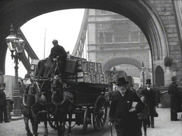 Tower_Bridge_Boats_on_Thames_(1905)_still_2.jpg