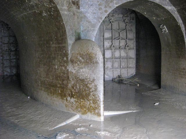 Once inside, the tunnel soon bifurcates. The floor is slimey and slippery, but there is no smell.