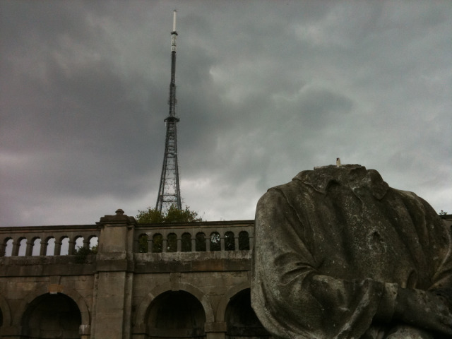 Headless statue, ominous skies / image by Martin Austwick
