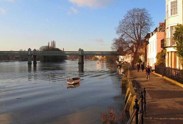 Wintry sunny Chiswick riverside