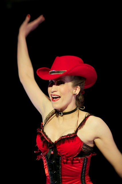 Around the World in 80 minutes - The tap-dancing cowgirl Dixie Dynamite