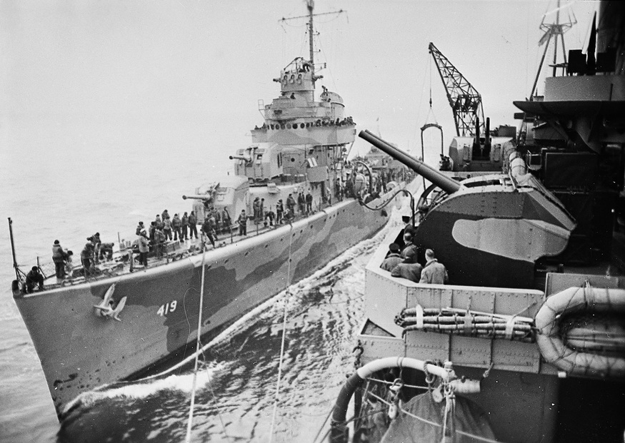 The destroyer USS Wainwright DD419 refuelling from the cruiser HMS Norfolk (1942).