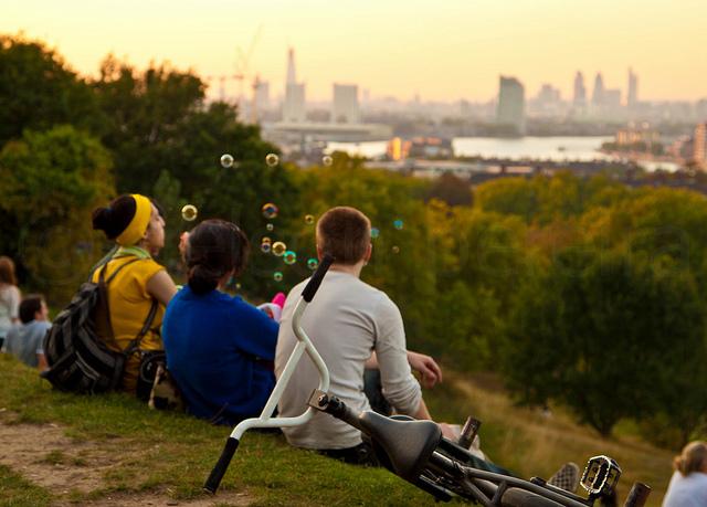 Blowing bubbles in Greenwich Park, by noslen20