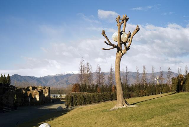 Giuseppe Penone Idee di pietra, 2003 Bronze, river stone Permanent installation, Garden of fluid sculptures, Reggia di Venaria Reale Torino photo © Archivio Penone