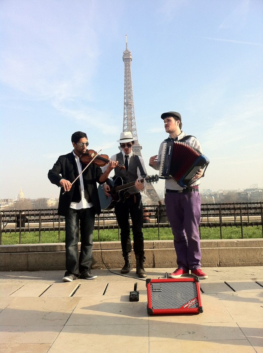 Ze Trio play in front of the Eiffel Tower