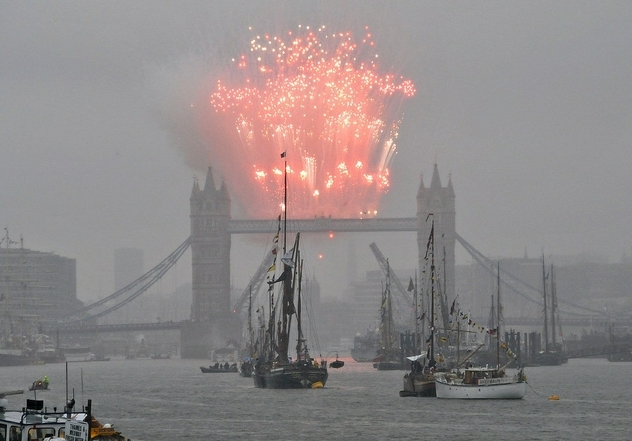 Fireworks on Tower Bridge / photo by McTumshie