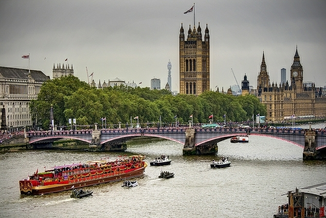 Crowds lining Lambeth Bridge to see the Royal barge / photo by violinconcertono3