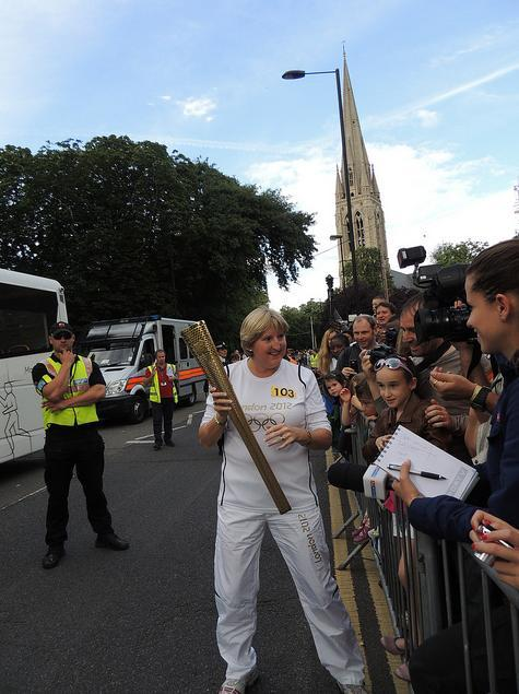 Torchbearer 103 stops for a moment in Stoke Newington Church Street / photo by P'ptje