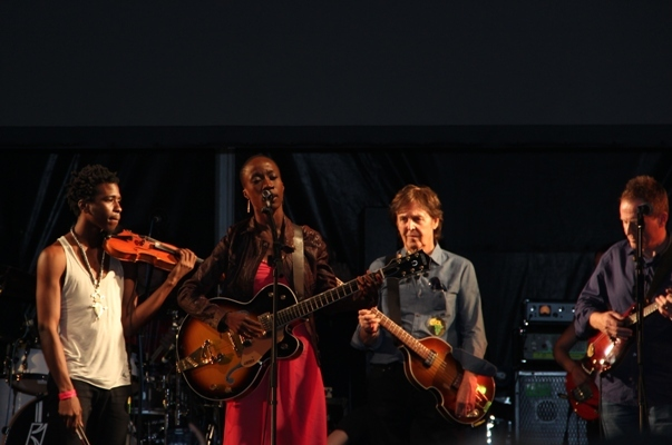 Malian diva Rokia Traoré with friends (notice the geezer behind her?)