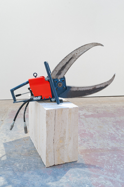 James Capper Nipper (Long Reach) 2012 Painted steel, hydraulics, plaster 130 x 32 x 80cm / Base: 130 x 40 x 100cm © James Capper Image courtey of the Saatchi Gallery, London