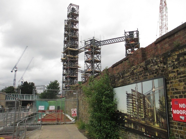 The emerging structure with, in the foreground, an artist's impression of the eventual view. Photo by M@.