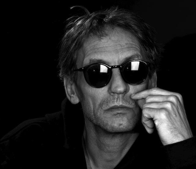 Manuel Göttsching Studioaufnahmen vor schwarzem Hintergrund s/w Mittelformat