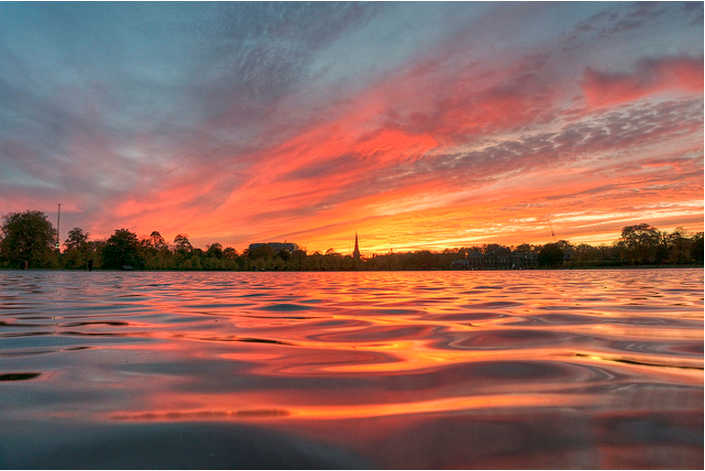 Sunset over the Round Pond in Kensington Gardens by Yorkshire Stacked in the Londonist Flickr pool.