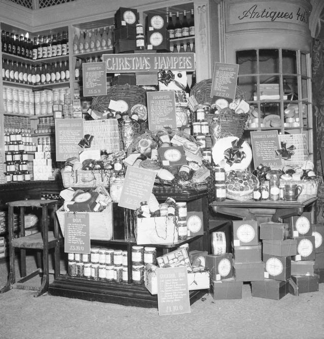 Hampers in Selfridges, 1953 / © Henry Grant Collection / Museum of London