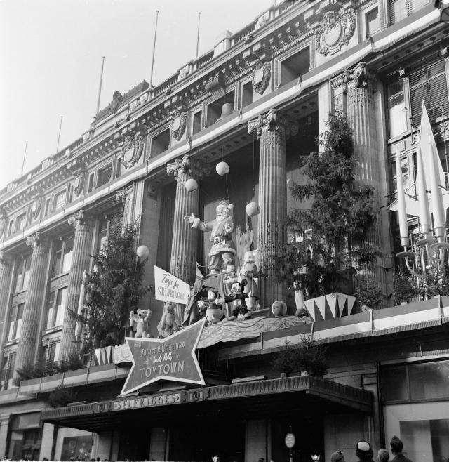Outside Selfridges, 1953 / © Henry Grant Collection / Museum of London
