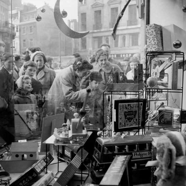 Hamleys window, 1957 / © Henry Grant Collection / Museum of London