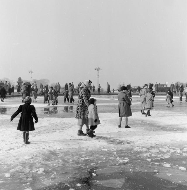 Ice on Hampstead Heath, 1954 / © Henry Grant Collection / Museum of London