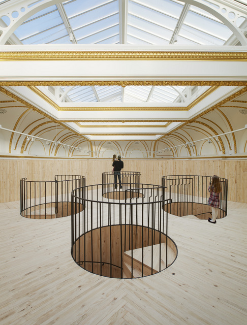 Installation (Blue Pavilion) by Pezo von Ellrichshausen.   Photo © Royal Academy of Arts, London, 2014. Photography: James Harris. / © Pezo von Ellrichshausen