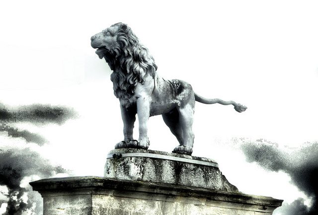Syon House lion before restoration by Simon & His Camera via flickr