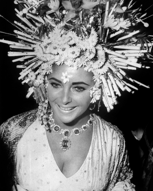 British-born US actress Elizabeth Taylor attends a reception in Venice on September 20, 1967.   AFP PHOTO   - dida: Elizabeth Taylor at the masked ball in Hotel Caí Rezzonico, Venice 1967, wears her necklace and earrings in platinum with emeralds and diamonds
