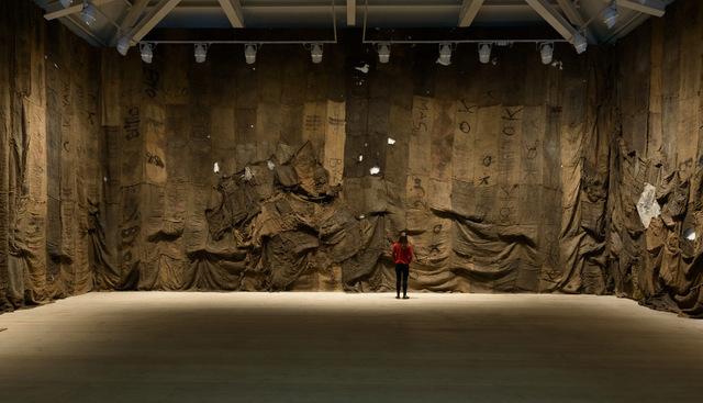 Ibrahim Mahama Untitled 2013 © Sam Drake, 2014 Image courtesy of the Saatchi Gallery, London