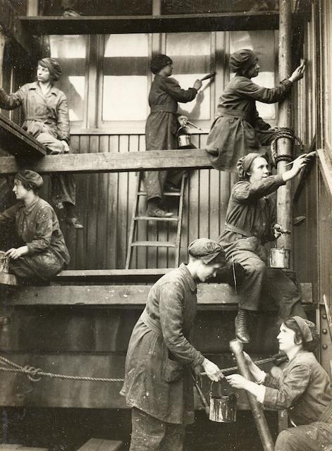Women painting a station during the First World War