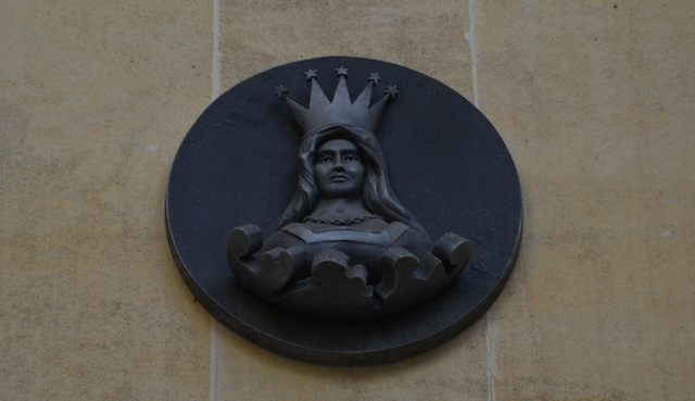A mercers' maiden inside the courtyard shows that this is land owned by the Mercers' Company.