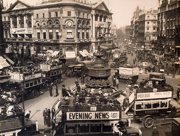 Piccadilly Circus traffic scene (1919)