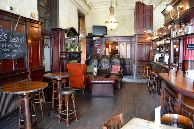 The back room holds some cosy sofas, the toilets and the entrance to the beer garden.
