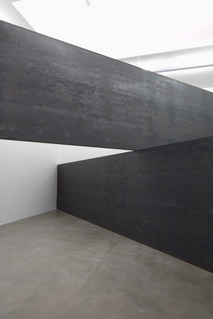 The precariously balanced 'London Cross'. Courtesy Richard Serra and Gagosian.