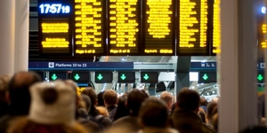 Commuters Furious At London Bridge Overcrowding