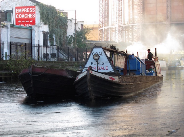 Barges on an icy Regent's Canal, Bethnal Green,  in 2010. Photo: Bob Bob