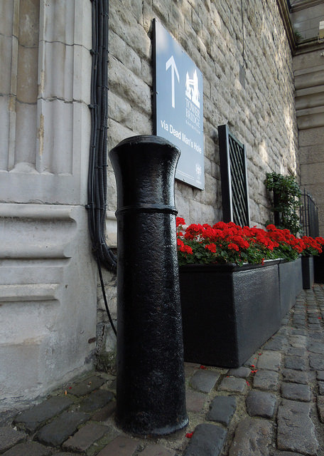 Cannon bollard by the Tower of London. Photo by roger.w800