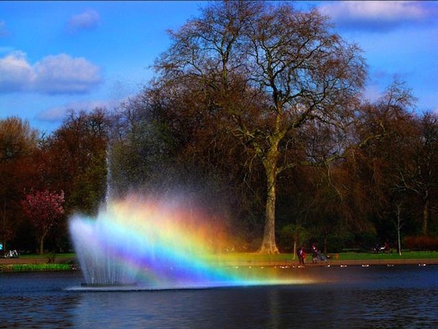Rainbows in the fountain at Victoria Park. Photo: Che-burashka (2009)