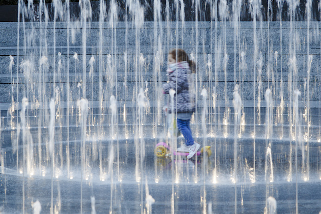 Let the kids play in the Merchant Square water maze
