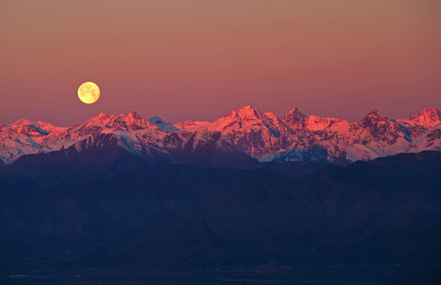 The contrasts between the mountains, moon and sky are almost painterly. ® Stefano De Rosa