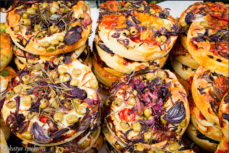 Vegetarian delights at Borough Market. Photo: Iyudavitaya (2015)