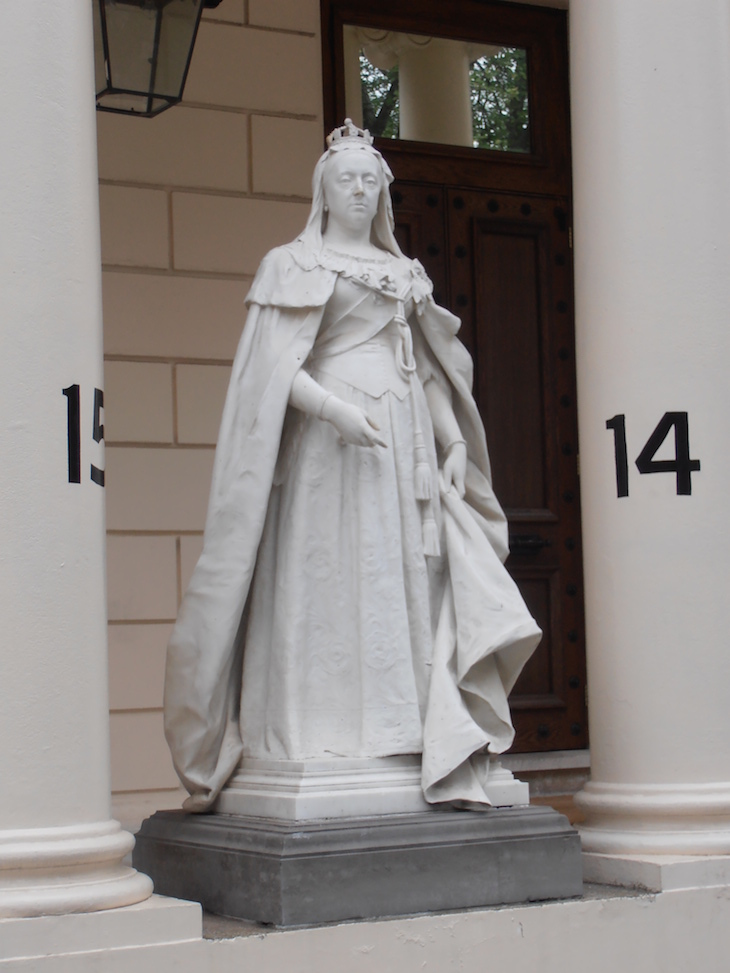 queen_victoria_statue__carlton_house_terrace.jpeg