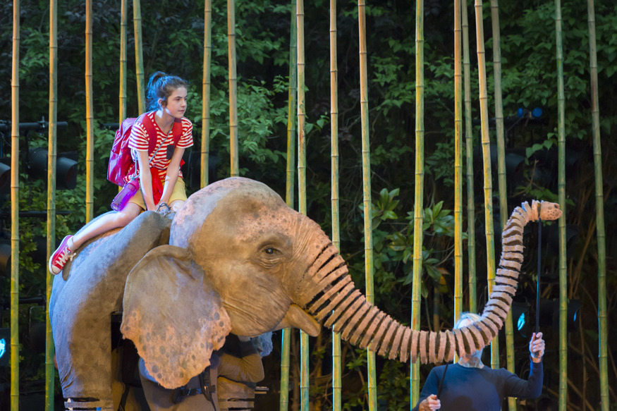 Ava Potter as Lilly and Oona the Elephant © Johan Persson
