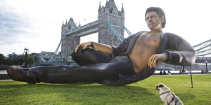 25ft Half Naked Jeff Goldblum Appears In Front Of Tower Bridge